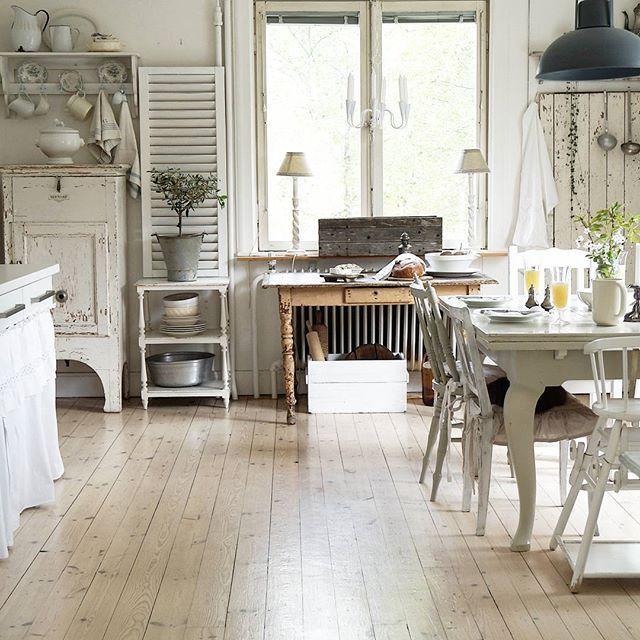 Time for breakfast! Have a nice day 🌞🌞🌞 @interior_magasinet #interior_may #jeannedarcliving #countrylife #chippy #fransklandstil #fransklantstil #kitchen #kjøkken #vintage #white #hvitt #my_vintage_h_o_m_e