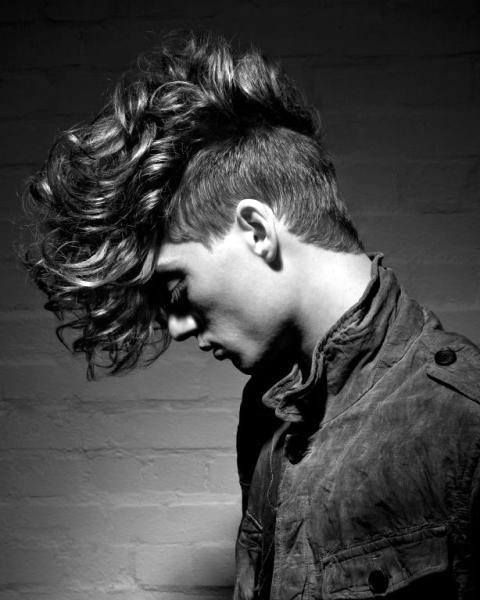 25 Curly Fade Haircuts For Men Manly Semi Fro Hairstyles Irokesenschnitt Manner Lockige Frisuren Medium Haare