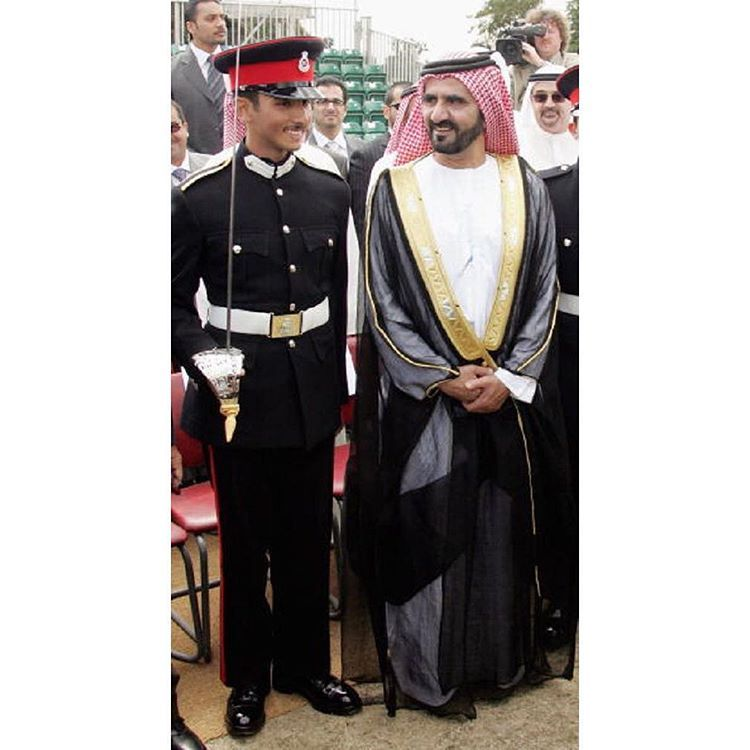 Majid bin Mohammed bin Rashid Al Maktoum y su padre, Mohammed bin Rashid bin Saeed Al Maktoum, graduación Academia Militar Sandhurst, 11/08/2006. Vía: mmrm1