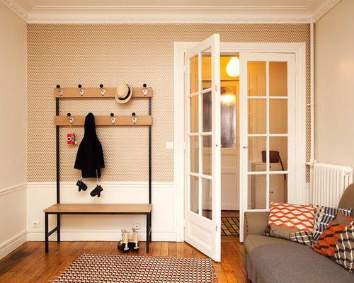 R alisation d 39 une entr e nordique de taille moyenne avec un mur orange un sol en bois clair et for Taille porte entree