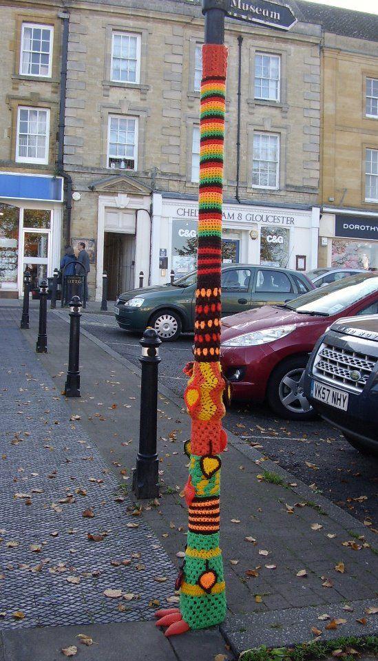 Guerrilla Knitting: combattere il grigiore della città a colpi di ...
