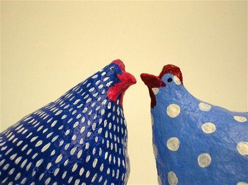 עיסת נייר תרנגולות קטנות בכחול לבן-עיסת נייר