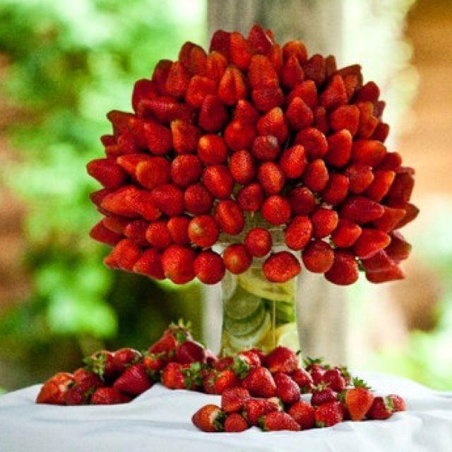 Bouquet de fresas, un look perfecto junto a una fuente de chocolate para tu boda