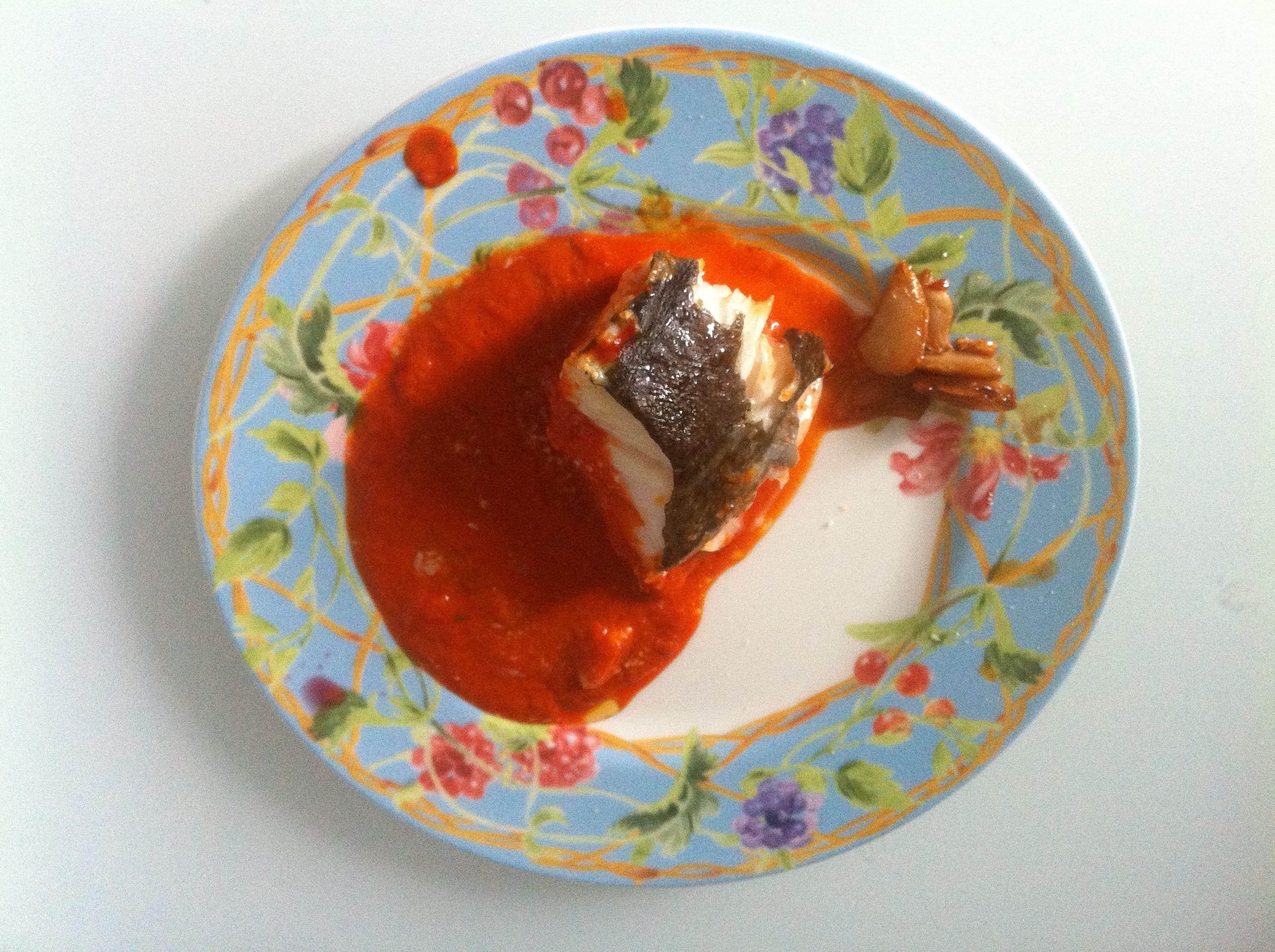 Jueves 14 febrero. Comida. Cogote de BACALAO Skrei asado CON SALSA VIZCAÍNA adulterada. Pochar cebolla y pimientos del piquillo con una buena cantidad de pulpa de pimiento choricero. Se pasa por la batidora obteniendo una salsa melosa y suave añadiéndole el agua necesaria. Se fríen láminas grandes de ajo en aceite a fuego muy muy suave (confitados). El bacalao entero con sal y aceite se asa a 250º de 8 a 10 minutos. Juntar todo.
