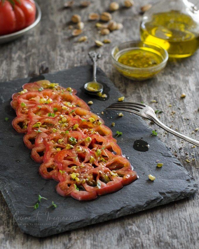 Carpaccio de tomate rosa con vinagreta de pistachos
