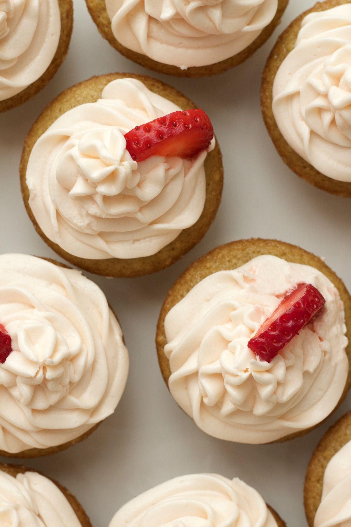 Vegan Vanilla Cupcakes With Strawberry Vanilla Frosting Vegan Lovingitvegan Vanilla Cupcakes De Vegan Vanilla Cupcakes Vegan Frosting Vanilla Vegan Sweets