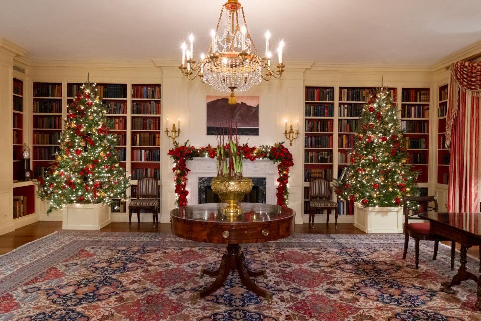 White House Christmas Tour 2018 White House Christmas 2018 Hgtv Home Decor Home Libraries House