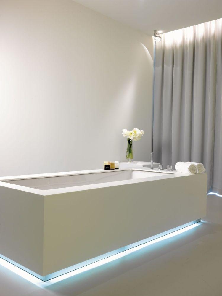 Elegant LED Streifen An Der Badewanne Mit Blauem Licht