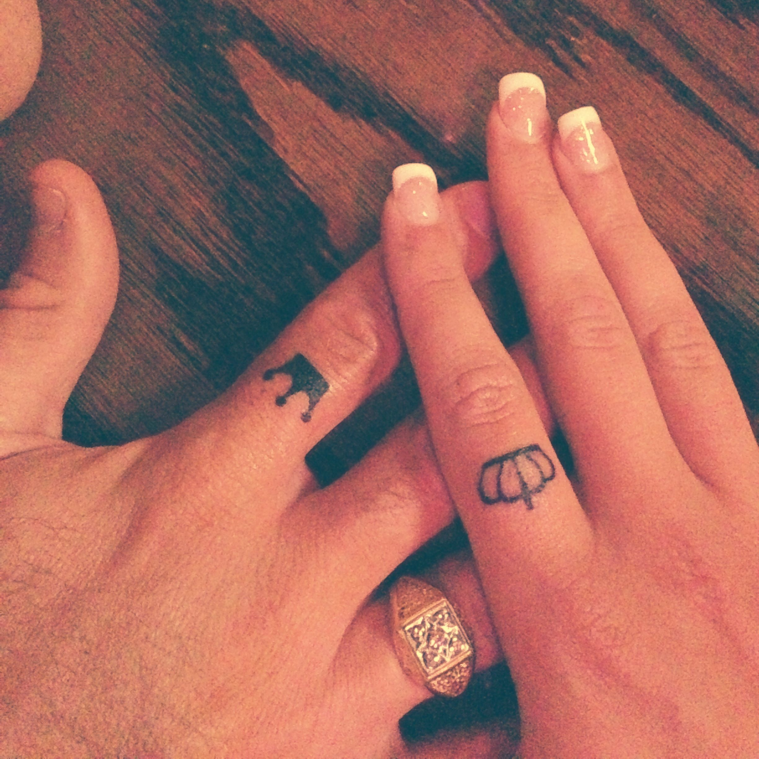 Crown tattoos on finger - photo#45