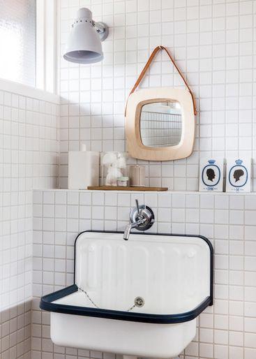 Une buanderie rétro blanc avec un lavabo suspendu et un miroir carré