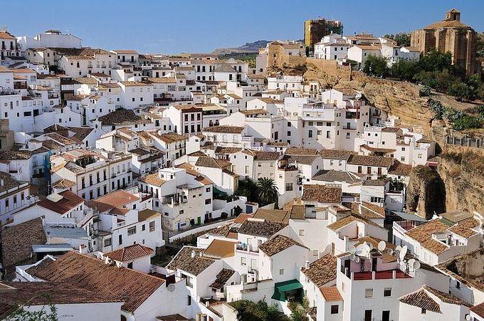 сетениль-де-лас-бодегас  -  белый  город.  Испания,  Кадис.