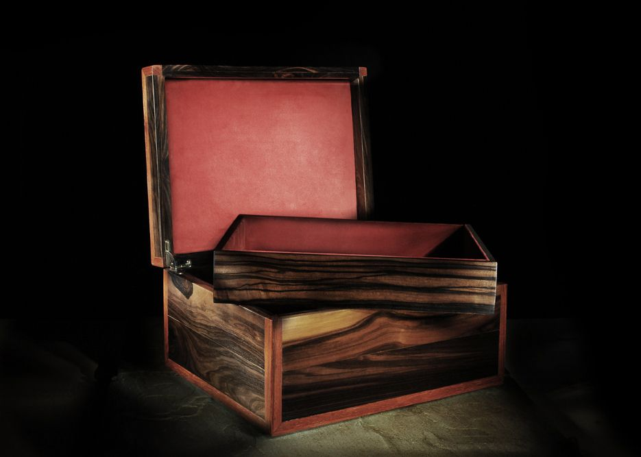 Example of a wooden box and Makassar ebony wood base Paduk with a tray. The Interior is lined in Velvet, You can customize it in materials, in size and create spaces or separators to accommodate the best watches, jewelry or any collection you passionate. In the case of the humidor box can be made in cedar wood with hygrometer and humidifier to maintain the freshness of cigars