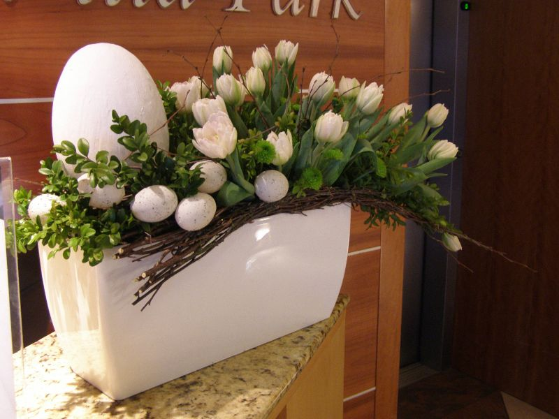 Easter And Spring Decorations A Box Of White And Yellow Flowers Spring Decor Easter Arrangements Centerpieces Flower Arrangements Simple