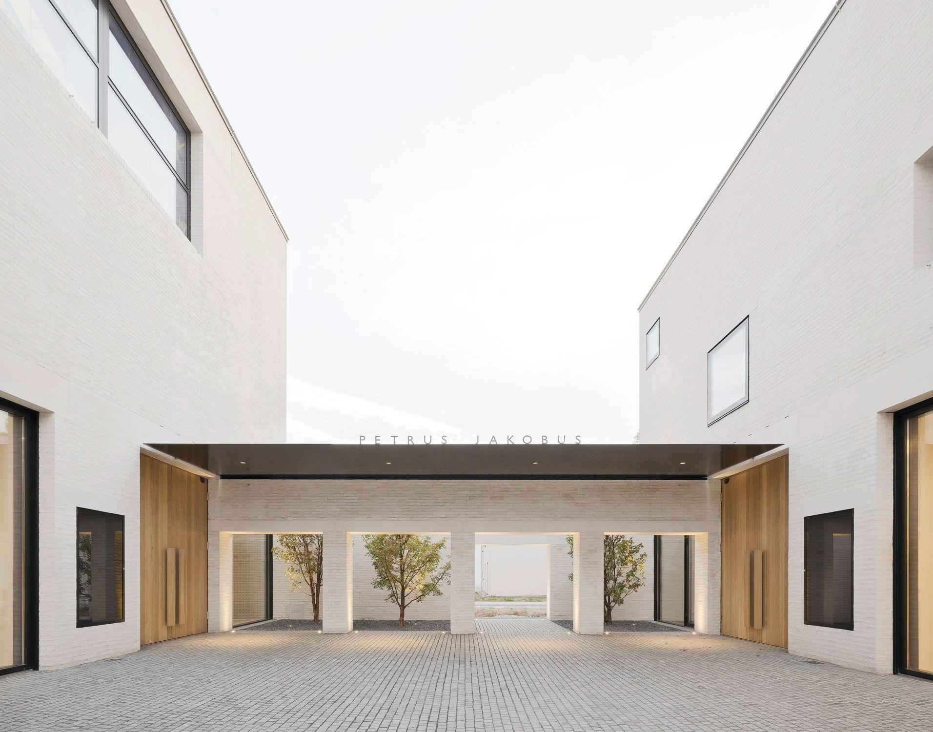 Klosterliche Anmutung Kirche Und Gemeindezentrum Von Peter Krebs In Karlsruhe Kirchen Architektur Haus