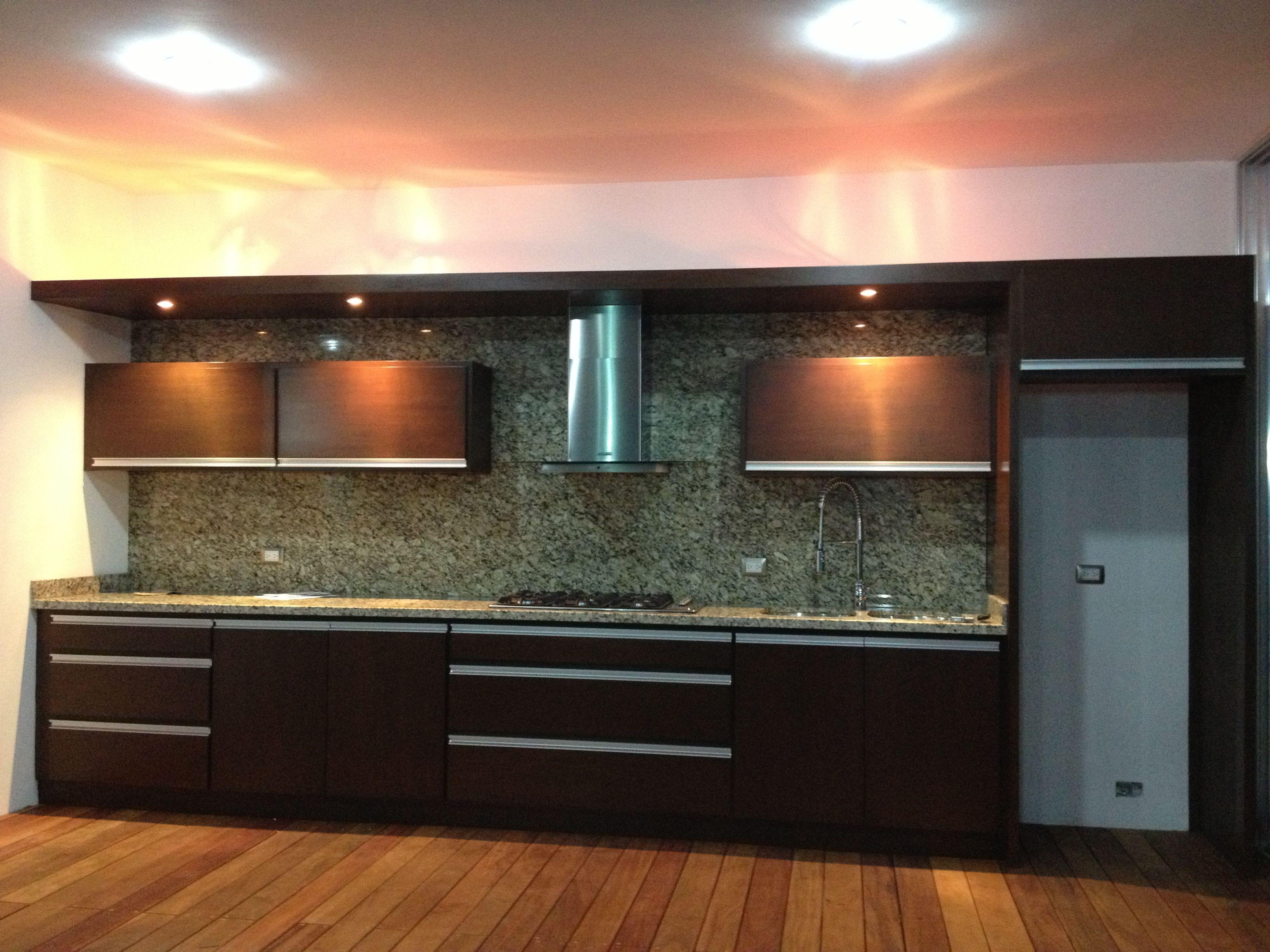 Cocina en cedro con aplicaciones de aluminio piso con for Pisos para cocina moderna