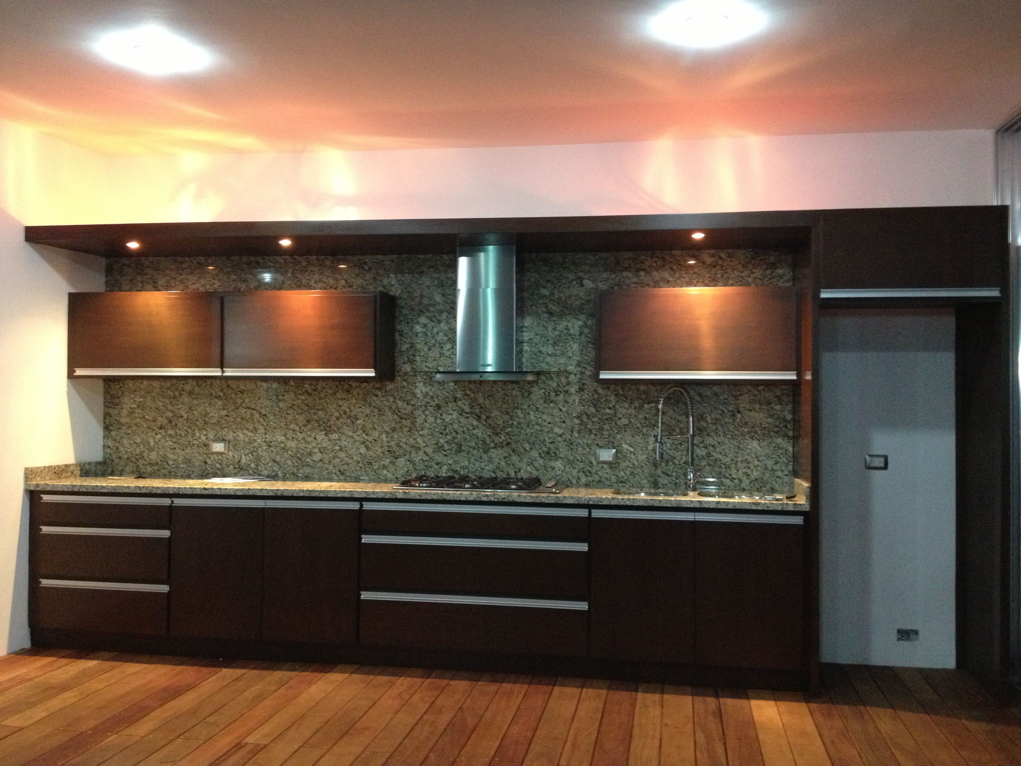 Cocina en cedro con aplicaciones de aluminio piso con for Aplicacion para disenar cocinas