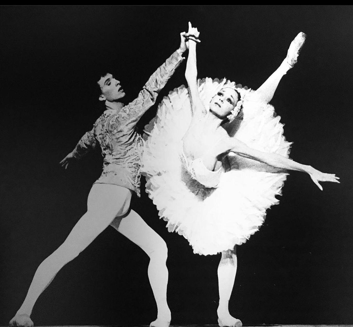 Isabelle Guerin And Laurent Hilaire In Le Lac Des Cygnes Paris Opera Ballet In 2020 Ballet Dance Photography Paris Opera Ballet Partner Dance