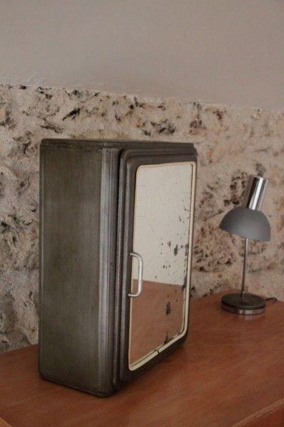 ancienne armoire pharmacie en métal brossé http://www