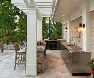 Great Outdoor Kitchen Featuring Stone Counters With Marble Countertops Barstools White Pillars Outdoor Kitchen Outdoor Kitchen Decor Outdoor Kitchen Design