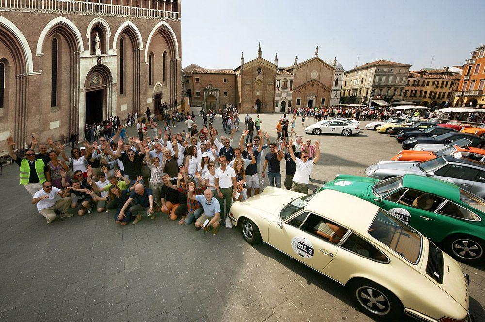 I 20 equipaggi del Tributo 911 in posa davanti al Santo #50anni911 #porsche911 #porschepadova