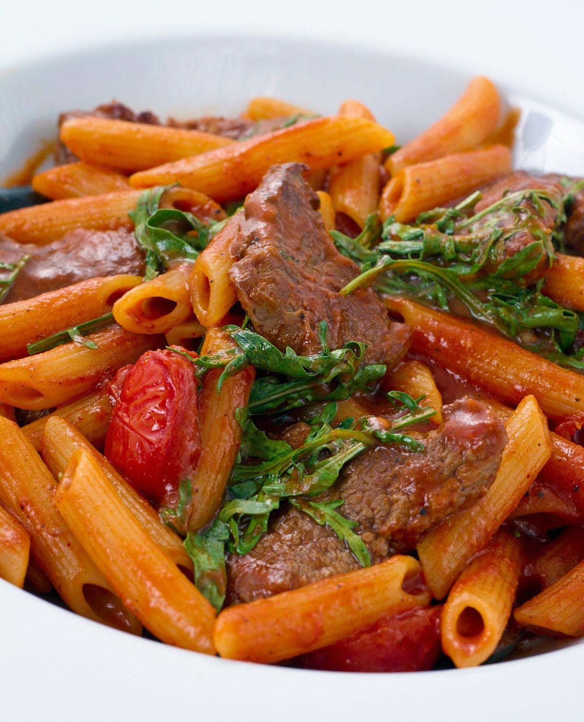 Penne met biefstuk, tomaat en basilicum - http://www.pizza.nl/recepten/lekker-snel/penne-met-biefstuk-tomaat-basilicum