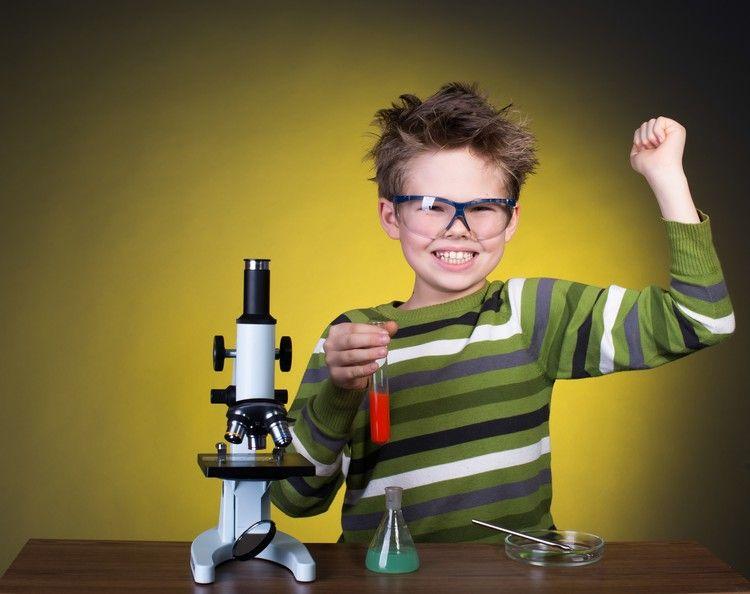 Junge spielt mit mikroskop und glaskolben experimente