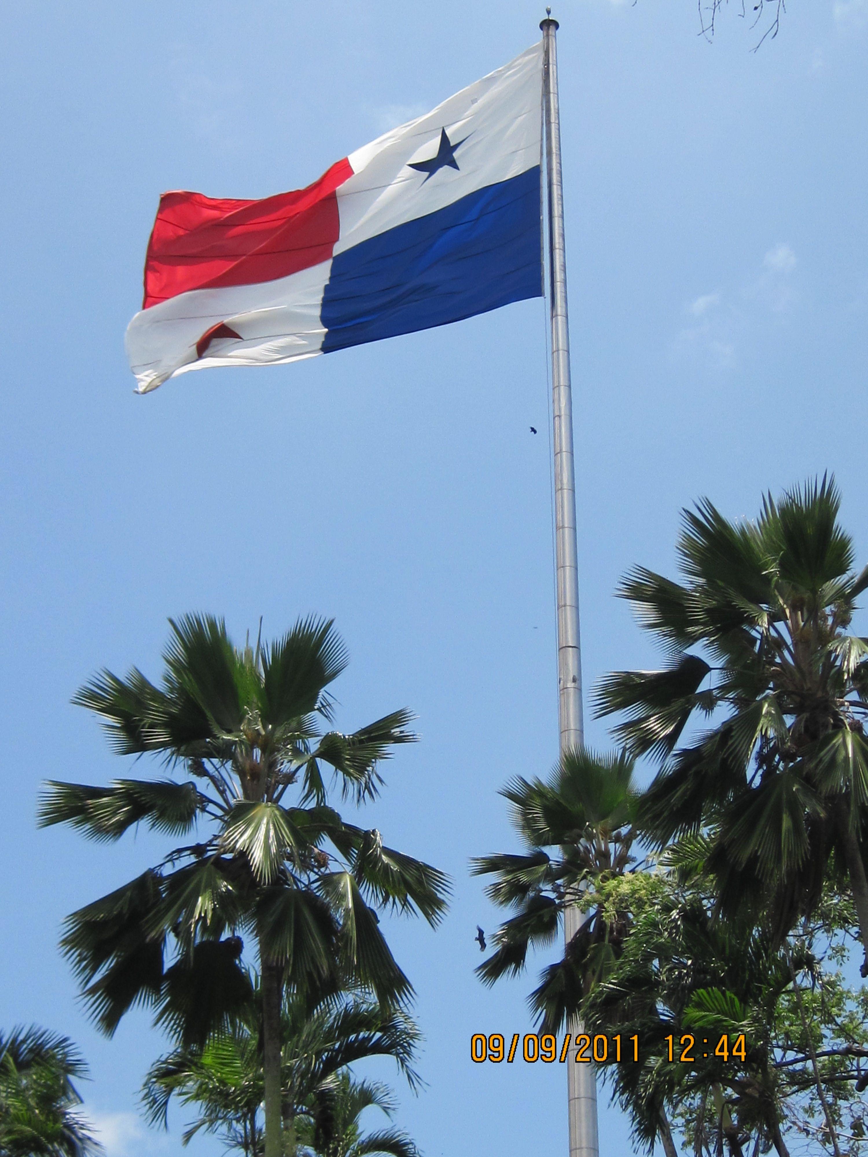 bandera de panamá en el cerro Ancon.
