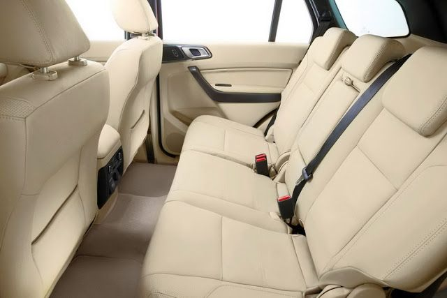 Không gian dành cho người ngồi hàng ghế sau khá rộng rãi. Ghế lái và ghế hành khách trước có khả năng chỉnh điện 8