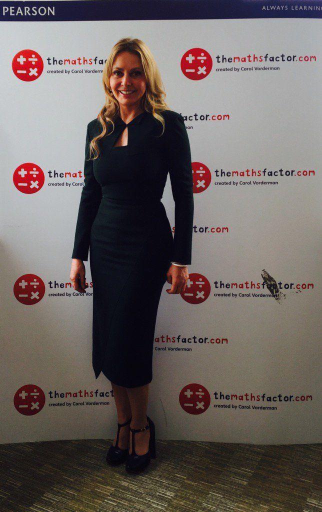 黒のドレスでブルネットの熟女JOI