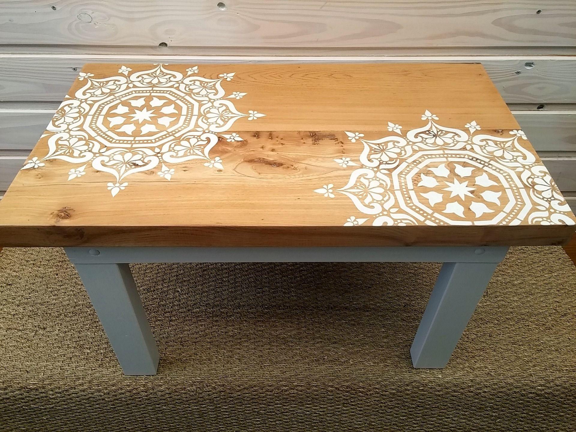 table basse artisanale rustique moderne bois massif revisit e au pochoir meubles et rangements. Black Bedroom Furniture Sets. Home Design Ideas