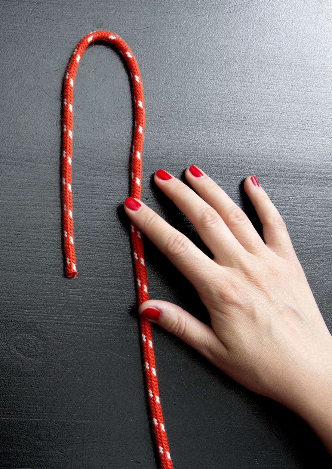 Puno värikkäästä köydestä perinteisiä pannunalusia. Kun olet oppinut tekniikan, et malta lopettaa. Katso Avotakan ohjeet ja tee upeita pannunalusia itselle tai lahjaksi!