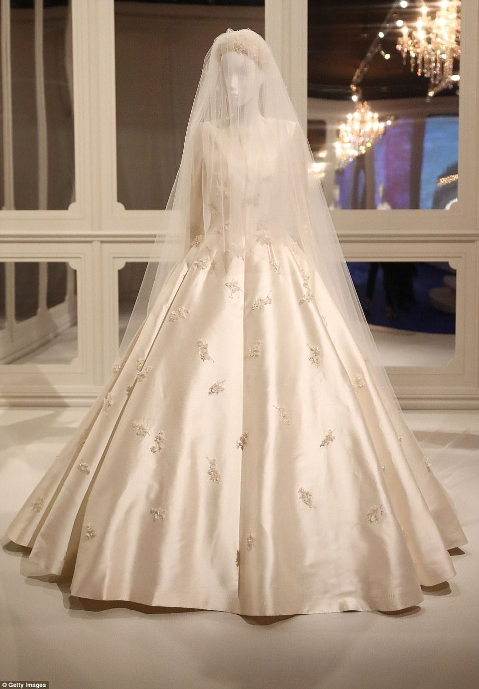 Miranda Kerr S Wedding Gown To Go On Display At Dior Exhibition