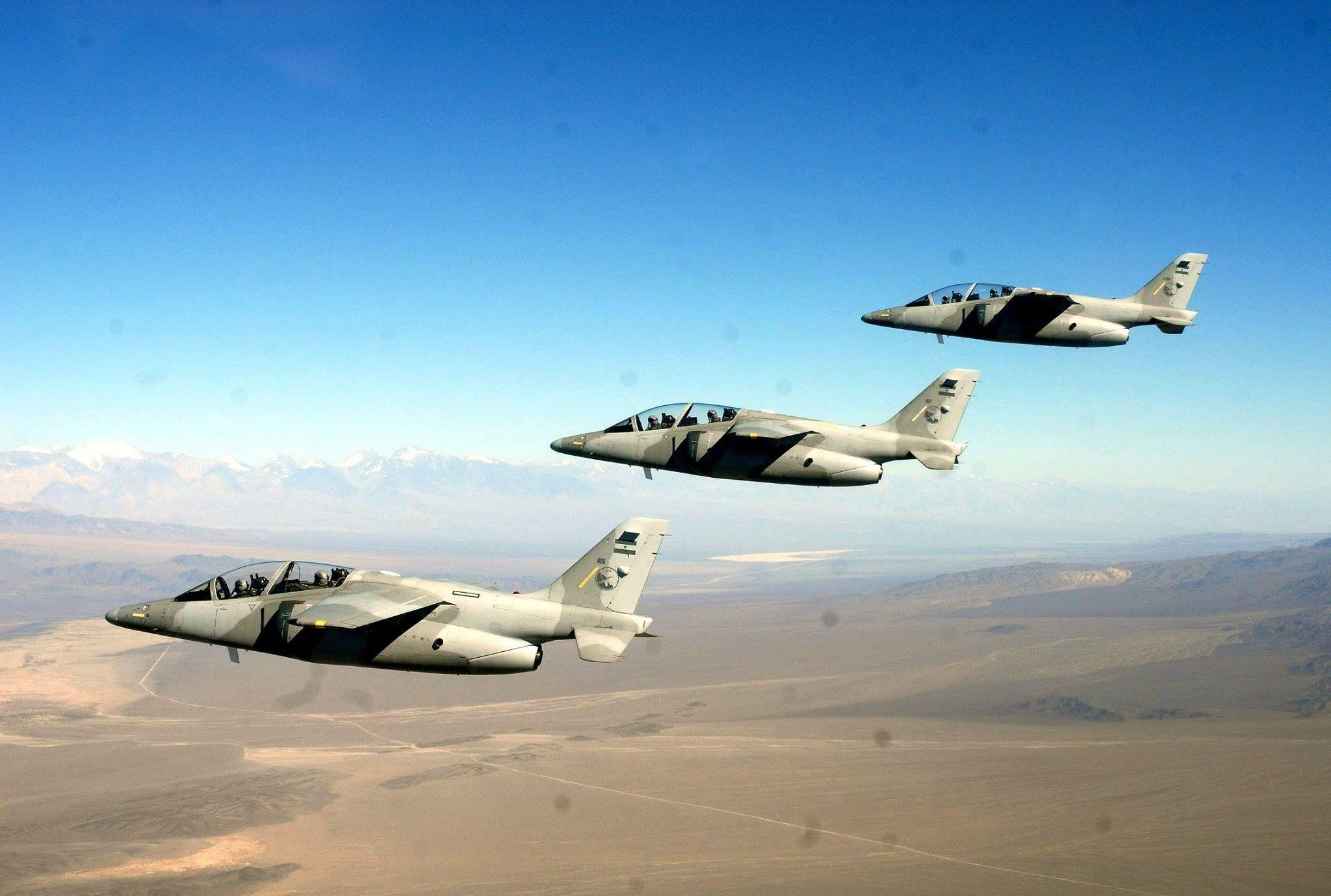 escuadrilla de IA-63 Pampa II en vuelo sobre Mendoza.