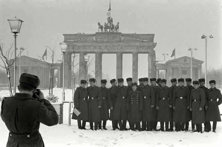 Max Scheler  Russische Offiziere vor dem Brandenburger Tor, East Berlin, German ( East ) DDR  1970