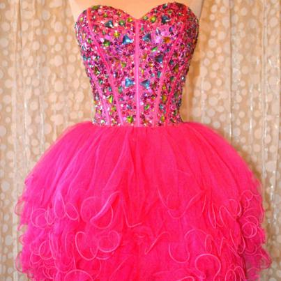 Vestido com saia rosa e corpete de pedras coloridas