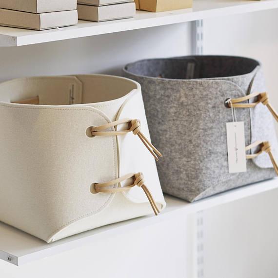 Stoff-Behälter - große Spielzeug Aufbewahrungsbehälter mit Lederriemen - große Aufbewahrungskorb - weiche Filz Aufbewahrungsbox - minimalistische Filz Spielzeug-Box #fabrictoys