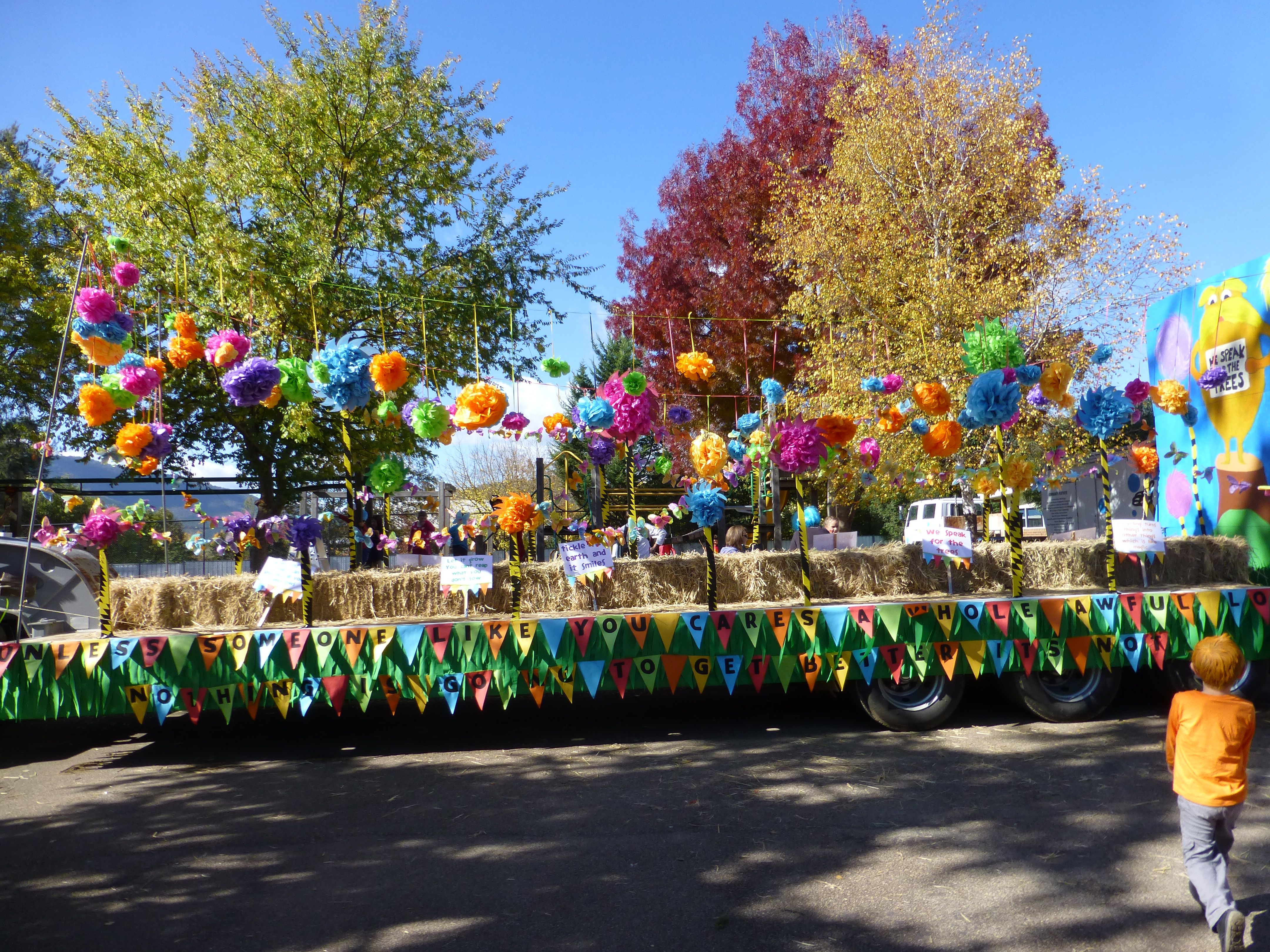 Christmas parade ideas - I Really Like The Floating Puffs Of Color On This Float