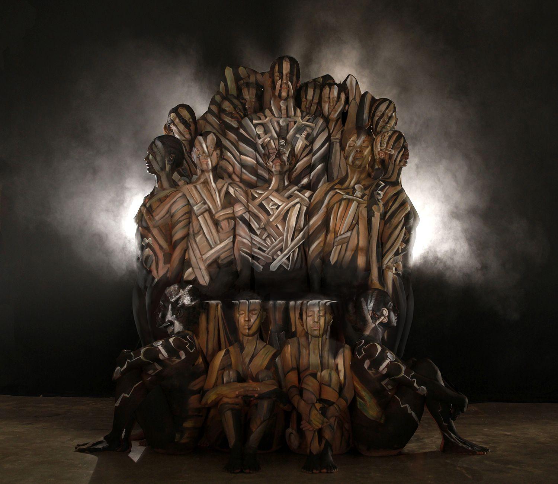 Trono de Ferro de Game of Thrones feito com Body Painting
