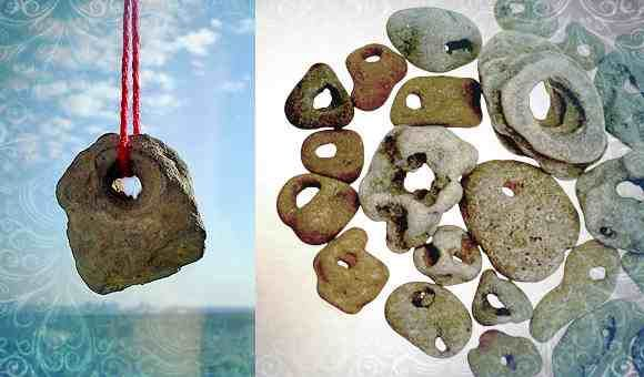 камень с дырочкой куриный бог фото