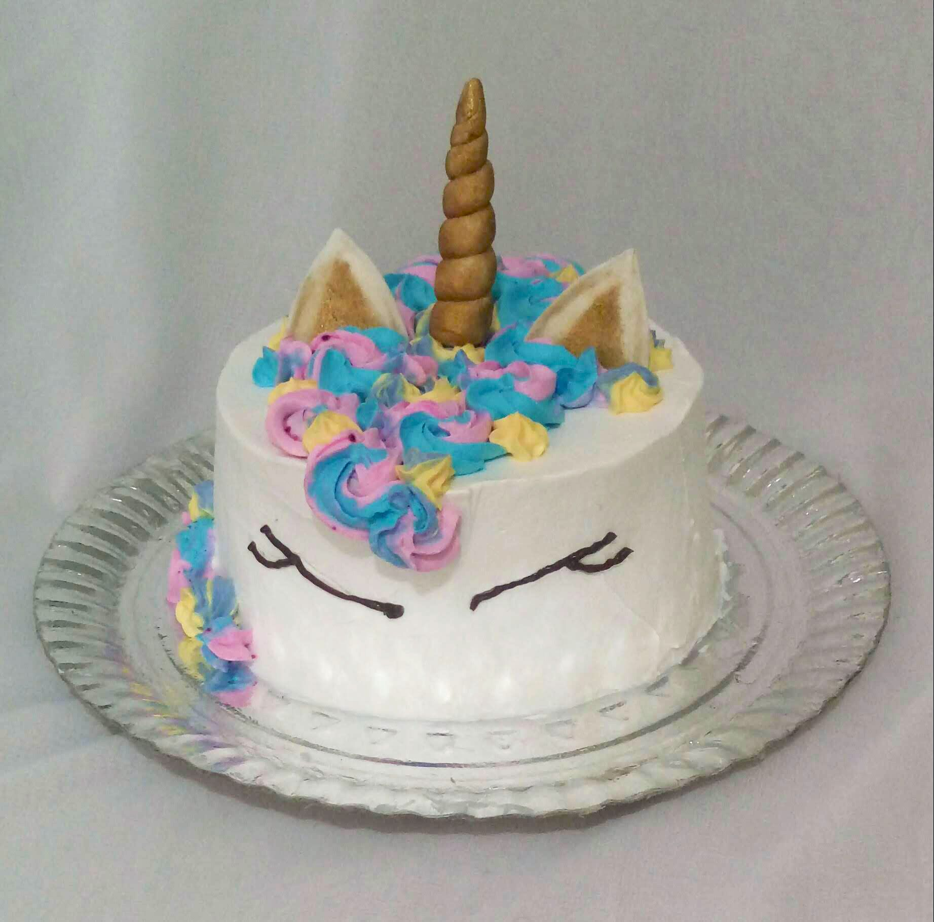 Bolo Unicornio Coberto Com Chantilly E Detalhes Com Pasta