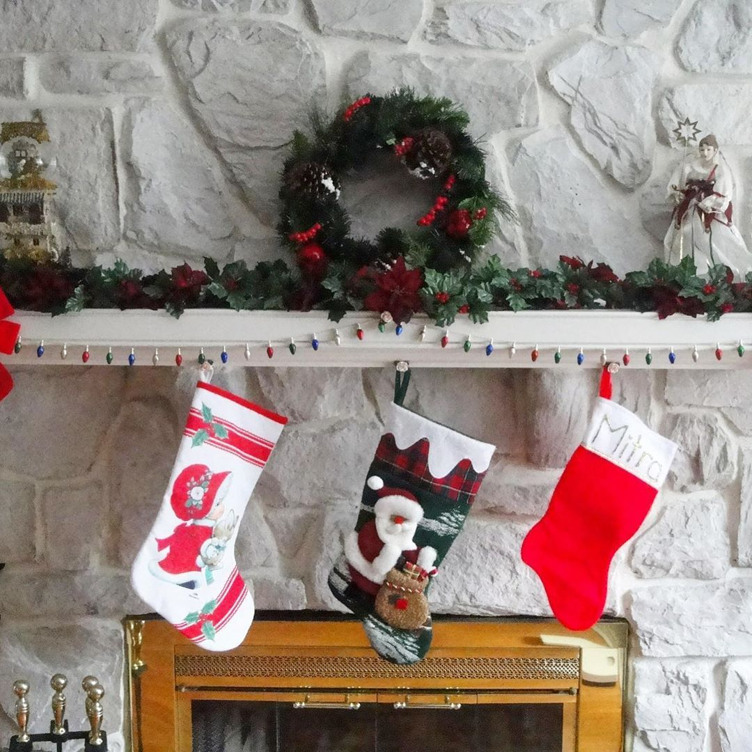 Don't have a mantle to hang your stockings on this Christmas? Sign up for the and I'll give you some creative ways to hang your stockings without a mantle! (Link in bio) • • •