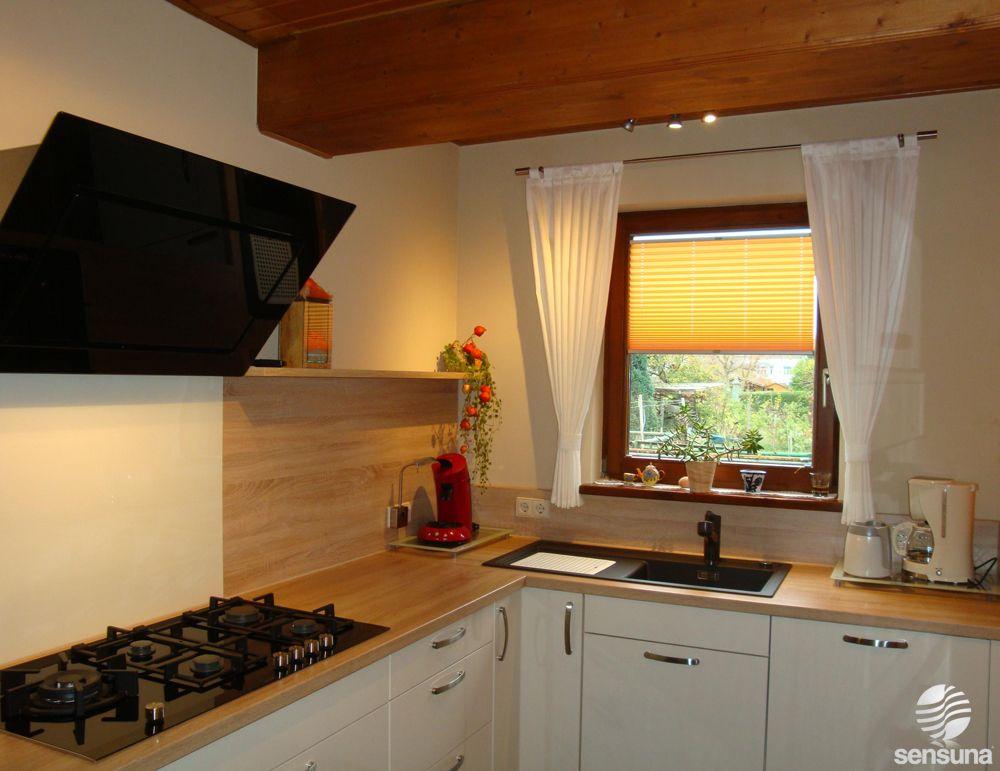 bringen sie ihre k che zum strahlen hier mit einem gelben plissee als sonnenschutz k che. Black Bedroom Furniture Sets. Home Design Ideas