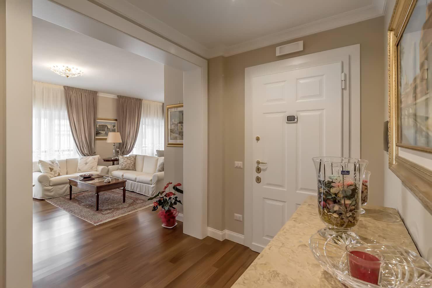 Photo of Ingresso, corridoio e scale in stile classico facile da rinnovare classico | homify