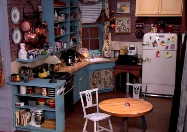 A Very Cool Replica Of The Friends Sitcom Set Hooked On Houses Friends Apartment Monicas Apartment Interior Design Living Room