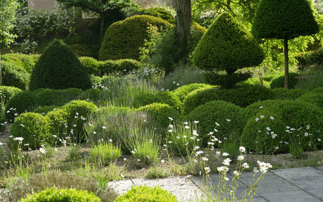 Arne Maynard - An ancient and modern garden for a manor house in Oxfordshire