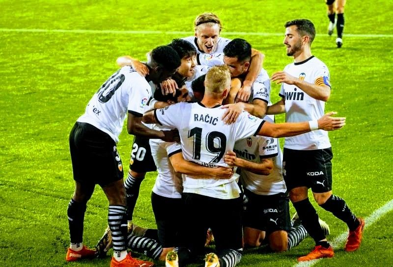 ترتيب الدوري الاسباني بعد خسارة ريال مدريد ضد فالنسيا Football Sports Jersey Sports