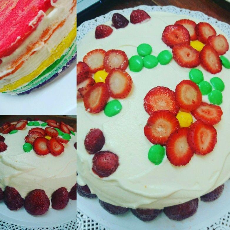 Torta arco iris con crema y frutillas