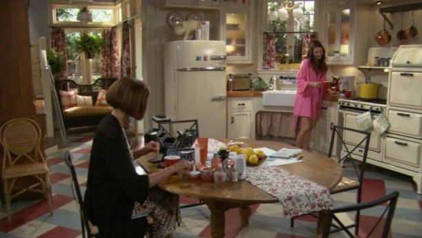 The Farmhouse On The Sitcom Hot In Cleveland Hooked On Houses Victorian Farmhouse Retro Kitchen Decor Show Home