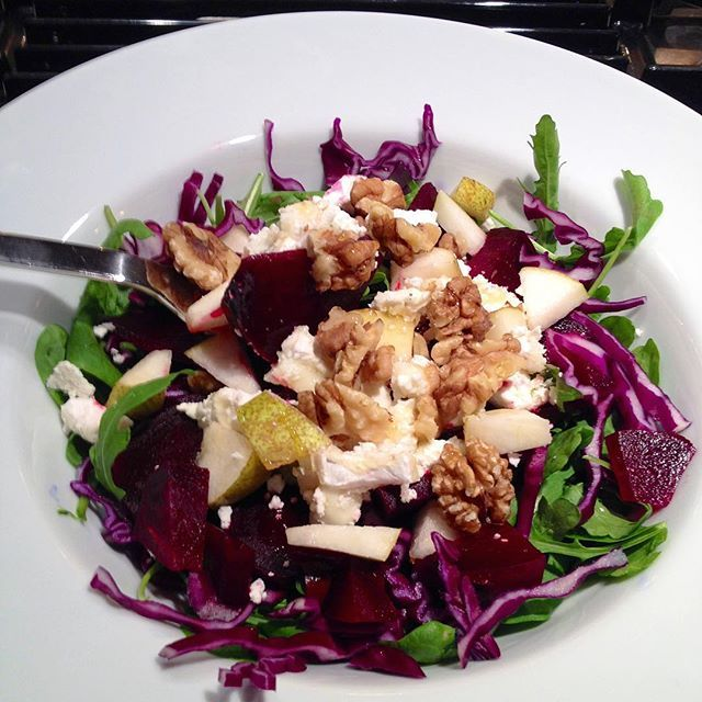 Delicious and simple salad with beets, red cabbage, ruccola, pear, fetacheese and walnuts.#kroppochkost