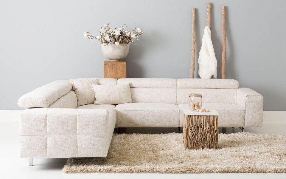 Novio, het nieuwe genieten. Deze royale designbank met verstelbare hoofdsteunen biedt een goede zit met een heerlijk comfort. De ranke chromen poten geven Novio een mooi zwevend effect en de zij- en achterkanten van de leefhoek zijn voorzien van trendy carréstiksels. In combinatie met de stijlvolle ecru-kleurige stof geeft dit Novio een luxe, moderne uitstraling.